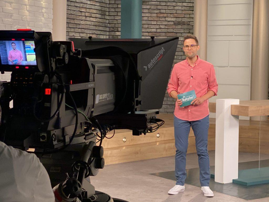 Kai Fischer - Moderator HR Fernsehen - Die Ratgeber - kaifischer.tv - Kai Fischer steht vor der Kamera im Studio