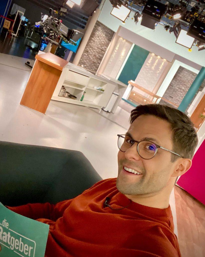 """ARD Moderator Kai Fischer im TV Studio von """"Die Ratgeber"""""""